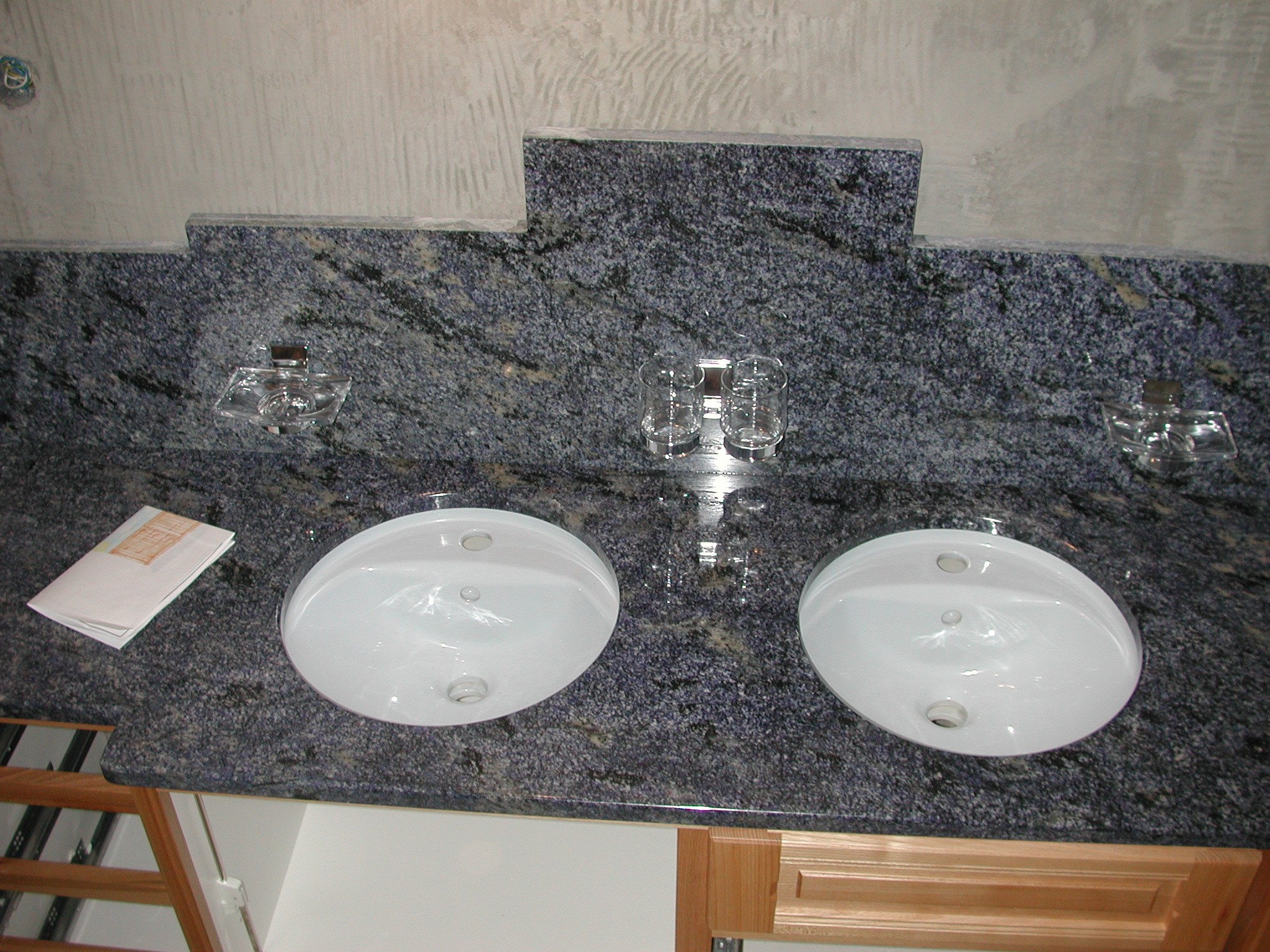 Marbrerie granit design s rl plan de travail en granit for Brosse salle de bain